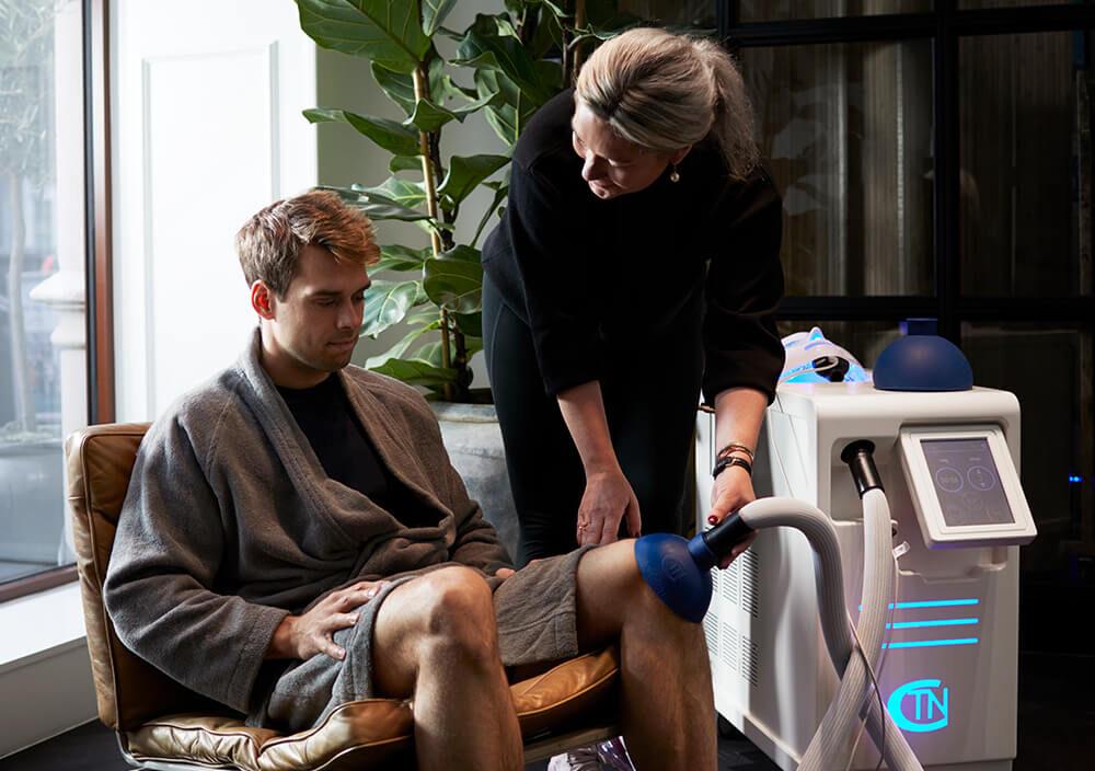 Treatments_Localised-cryo_Man-getting-cryo-on-knee