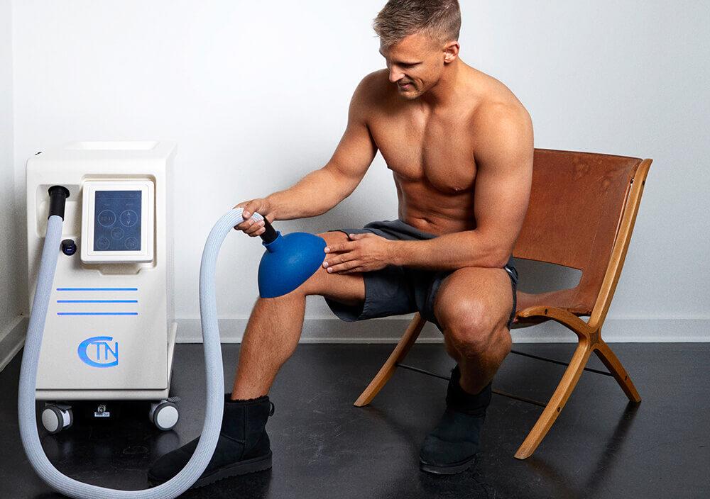 Treatments_Localised-cryo_Man-holding-cryo-on-knee